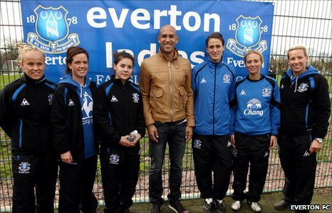 Tim Howard with the Everton Ladies team