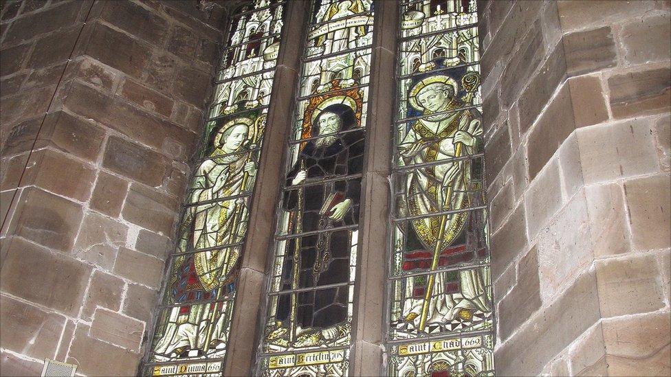 Glassmaleri i kirken St Mary's i Stafford: De hellige Diuma (første biskop av Mercia), Bertelin (skytshelgen for Stafford) og Chad (biskop av Lichfield)