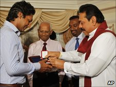 Minister Aluthgamage (second Right) with President Rajapaksa and former captain Kumar Sangakkara