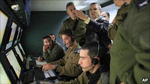 Israeli Defence Minister Ehud Barak visits the control room of an Iron Dome battery near the southern Israeli town of Beersheba (31 March 2011)