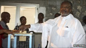 Djibouti's President Ismail Omar Guelleh casts his ballot during the presidential elections, April 8, 2011