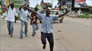 People celebrate news of Mr Gbagbo's capture in Abidjan's Ange district, 11 April