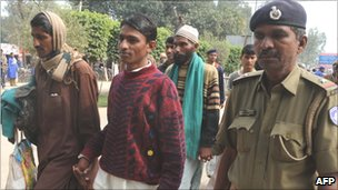 Indian police with released Pakistani prisoners in March 2011
