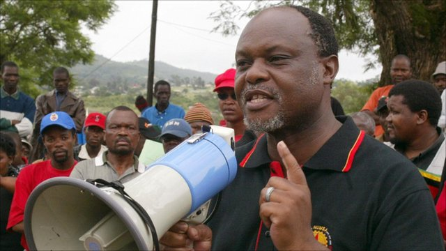 Mario Masuku, leader of the banned People's United democratic Organisation (Pudemo) addresses a march organised by the Swaziland Federation of Trade Unions (file 2004)