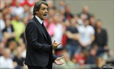 Roberto Mancini gives instructions