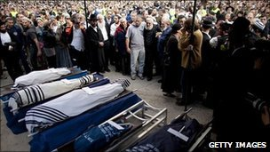Mourners at the funeral of the Fogel family in Jerusalem (13 March 2011)