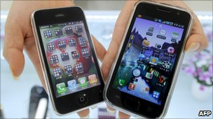 Apple&#039;s iPhone 3G (left) and Samsung Electronics&#039; Galaxy S mobile phone (right)