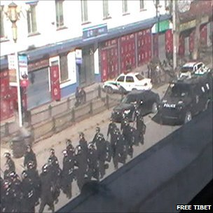 Police on Ying Xiong Avenue in Aba on 16 March 2011 (Image: Free Tibet)