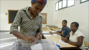 Woman casts vote in Cape Verde's 2006 presidential election