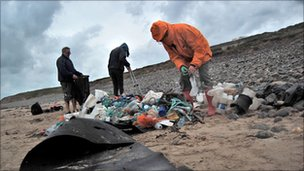 Volunteers count litter on Porth Neigwl or Hell's Mouth beach, Gwynedd (Photo: Jacki Clarke)