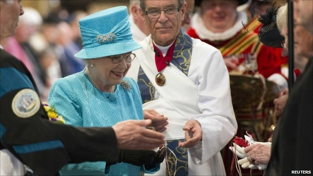 The Queen hands out minted coins