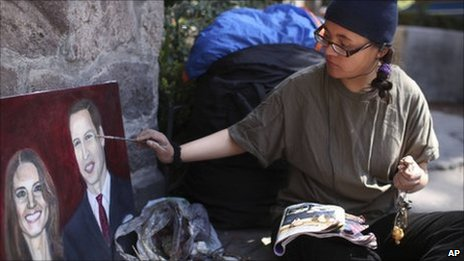 Estibalis Chavez paints a Royal portrait while staging her hunger strike outside the British Embassy in Mexico City on 18/2/11