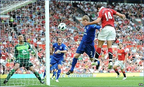 Javier Hernandez scores Man United's winner