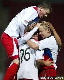 Inverness players celebrating after Aaron Doran scores against St Johnstone