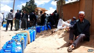 Libyans queue to buy petrol in Jadu, in the region of Nalut, 27 April, 2011