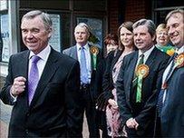 Ieuan Wyn Jones ac aelodau Plaid Cymru'n canfasio yng Nghastell Nedd