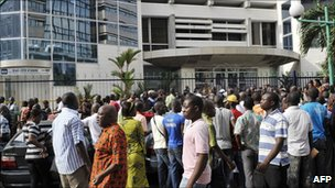 People queue outside a bank in Abidjan, 28 April, 2011