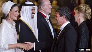 Spanish actor Antonio Banderas (2nd R) and his wife actress Melanie Griffith (R) greet Qatar's Emir Sheikh Hamad bin Khalifa al-Thani (2nd L) and Sheikha Mozah Bint Nasser al-Missned before a gala dinner at the Royal Palace in Madrid on 25 April