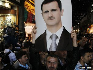 Supporters of Bashar al-Assad hold up a picture in Damascus' Souq al-Hamadiya (30 April 2011)