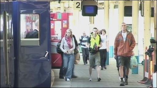 Teithwyr tren yn Abertawe