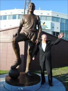 Jimmy Armfield with the statue erected in his honour
