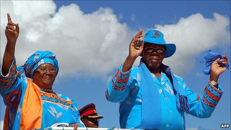 President Bingu wa Mutharika (R) and his former deputy Joyce Banda in 2009