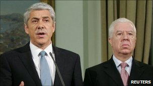 Portugal&#039;s caretaker prime minister Jose Socrates (L) and finance minister Fernando Teixeira dos Santos
