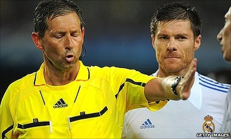 Belgian referee Frank de Bleeckere (left) gestures next to Real Madrid's Xabi Alonso (centre) and midfielder Angel di Maria (right)