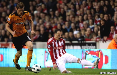 Stoke City's Matthew Etherington injures his hamstring against Wolves on 26 April