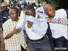 FDC leader Kizza Besigye is arrested by plainclothes policemen in the capital Kampala