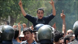 Tunisian riot police face protesters in the centre of Tunis