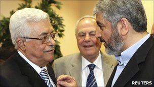 Khaled Meshaal (R) and Mahmoud Abbas (L) in Cairo, 4 May