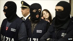 Italian policemen attend a press conference after a mafia leader&#039;s arrest on 2 May 2011