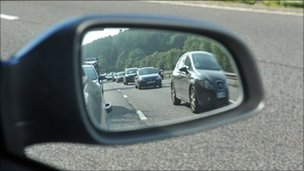 Traffic seen in a vehicle wing mirror