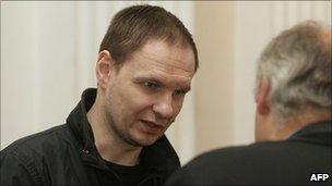 Former Soviet police commando Konstantin Mikhailov speaks to his lawyer in Vilnius, 14 September 2009