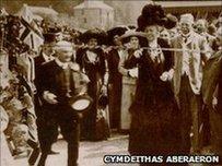 Edith Gwynne yn agor rheiffordd Aberaeron i Lanbed yn 1911