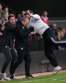 Hearts fan attacks Neil Lennon.. _52670031_lennon_attack