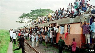 Commuters crowd on a train at the central Kinshasa railway station (Archive photo 2000)