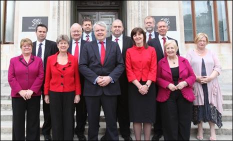 Y Cabinet newydd mis Mai 2011 o'r ch-dd o'r blaen: Janice Gregory; Jane Hutt; Carwyn Jones; Lesley Griffiths; Gwenda Thomas; Edwina Hart; John Griffiths; Carl Sargeant; Leighton Andrews; Huw Lewis; Alun Davies a Jeff Cuthbert