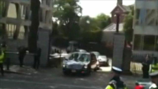 Obama's armoured car gets stuck