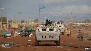 UN vehicle patrols in Abyei (24/05/11)