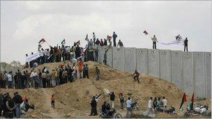 Palestinians protest at the Rafah crossing, Gaza (15 May 2011)