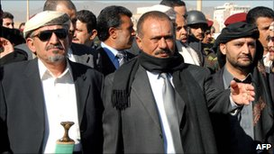 President Saleh (C),Sadeq al-Ahmar (L) and  brother Himyar (R) during the funeral of Sheikh Abdullah al-Ahmar, December 31 December, 2007