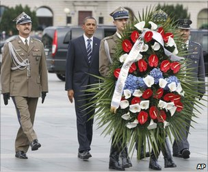 US President Barack Obama, accompanied by Polish officers, lays a wreath at the Tomb of the Unknown Soldier in Warsaw, 27 May