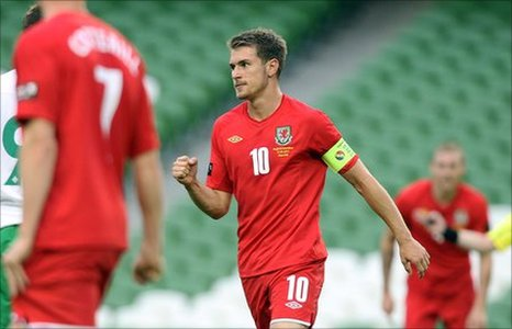 Aaron Ramsey (centre)