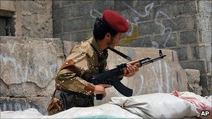 Yemeni soldier in Sanaa (27 May 2011)