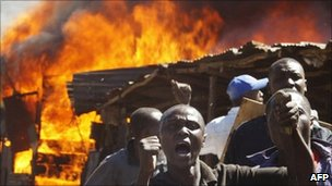 Residents of the Mathare slum in Nairobi shout at protesters during clashes between two rival groups (1 January 2008)