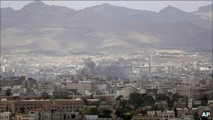 Smoke rises from Sanaa (2 June 2011)