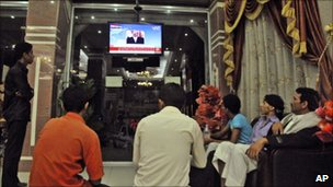 Yemenis watch state TV in Taiz (3 June 2011)