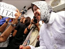 Prita Mulyasari celebrates being released from jail